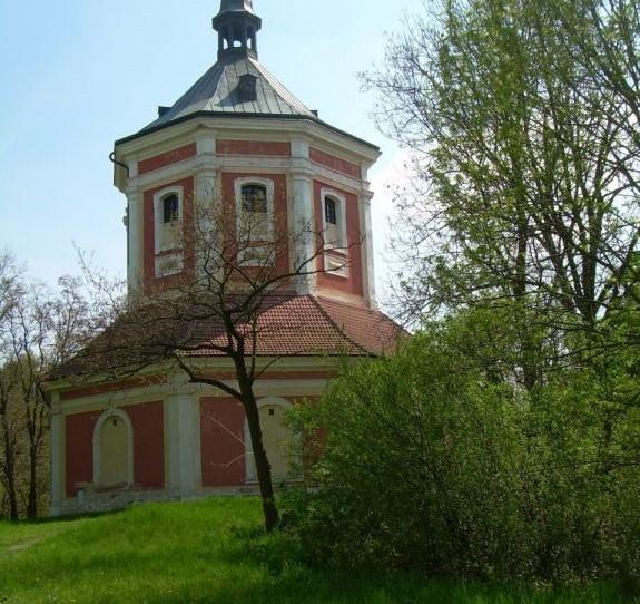 Kaple, zvonice a hasičská zbrojnice v jednom
