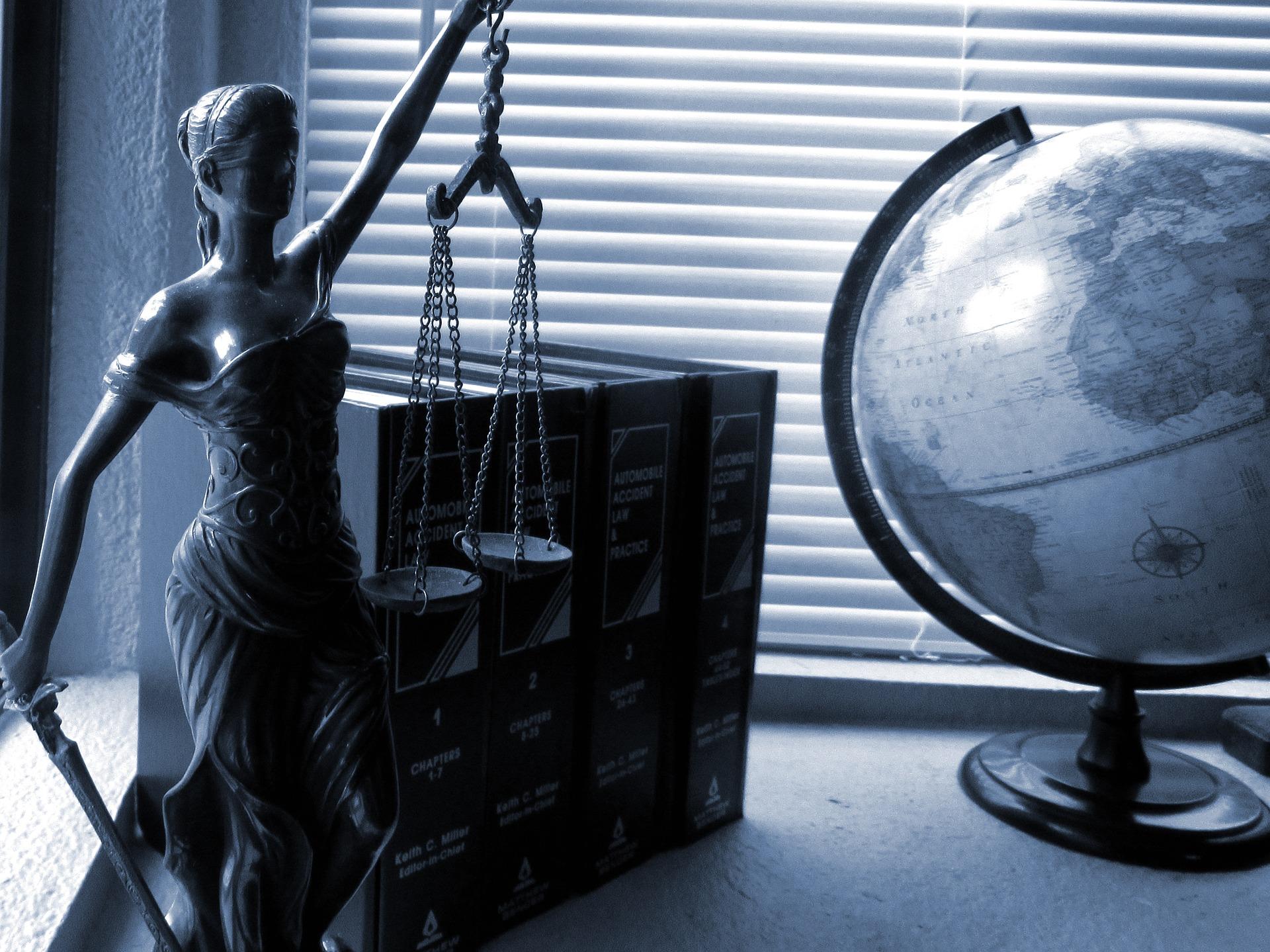 Kdy jít za advokátem a kdy za notářem?