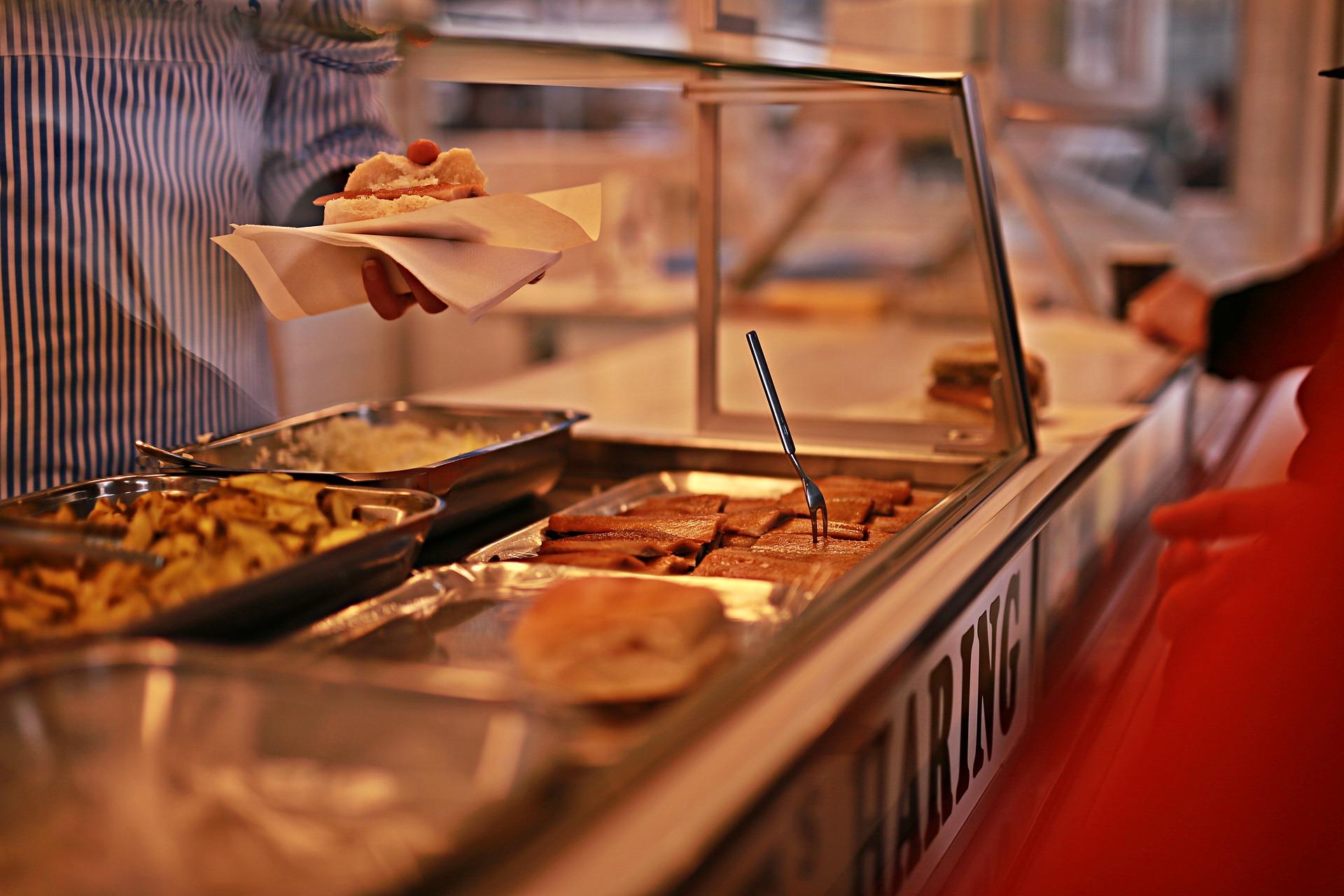 Proč by dítě mělo jíst ve školní jídelně