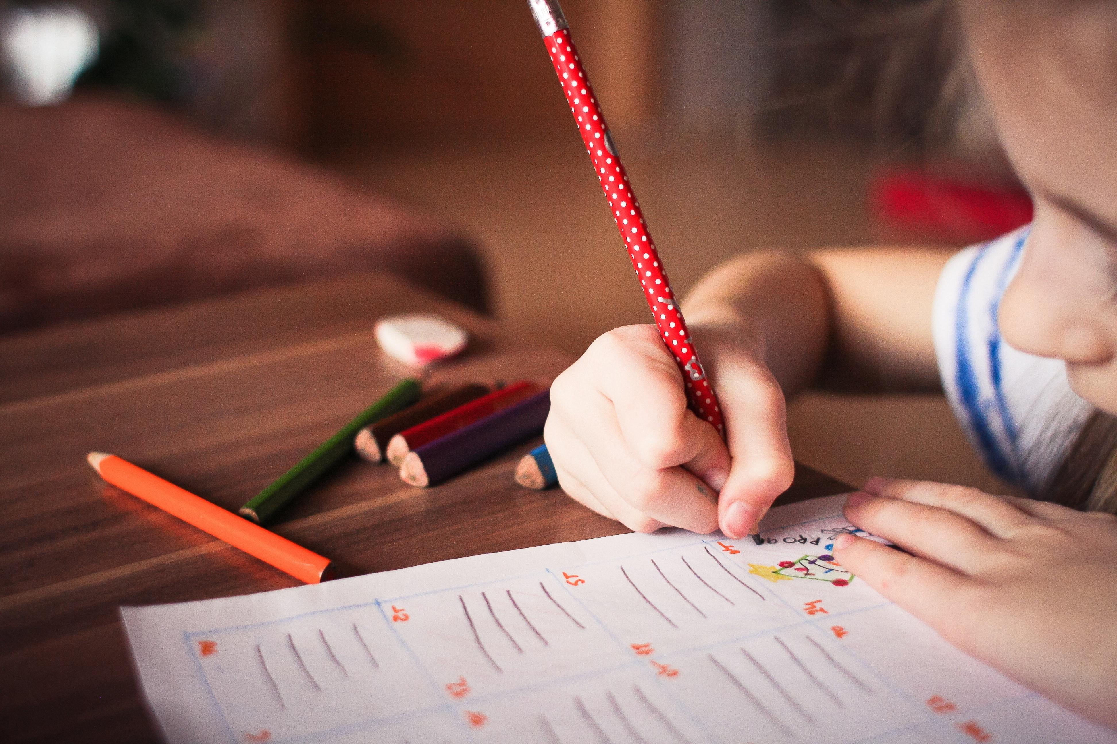 První týdny vprvní třídě bývají náročné. Proto se to svému školáčkovi snažte usnadnit.