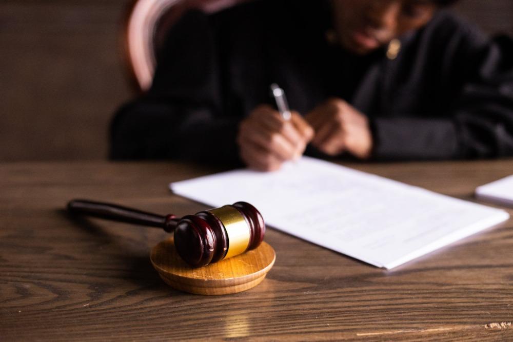Kolik stojí advokátní služby a proč je výhodné si právníka najmout?
